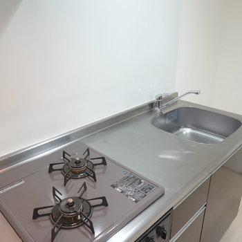 グリル付きの2口コンロで作業スペースもしっかりあるので、一人暮らしでも自炊して健康的な暮らしができます。(※写真は1階同間取り別部屋のものです)