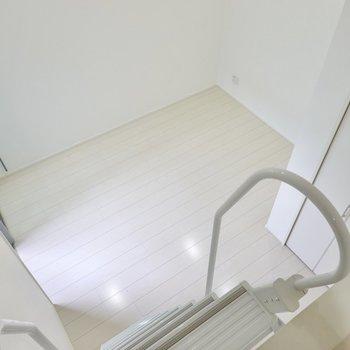余白を空けて家具を配置するとお部屋の開放感を活かせますよ。(※写真は1階同間取り別部屋のものです)