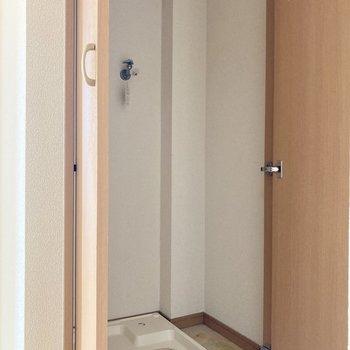 洗濯機置き場がキッチンスペースと廊下を挟んだとなりにあります。