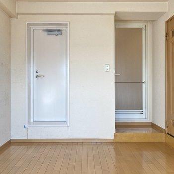 【洋室】バスルームへは洋室から行けるようになっています。