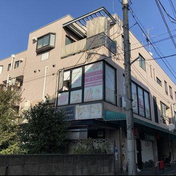 1階部分に飲食店、2階部分にネイルサロンが入っています。