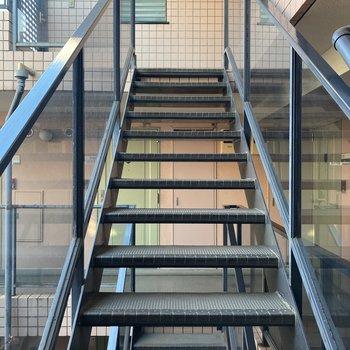 エレベーターがないので、4階までは階段になります。