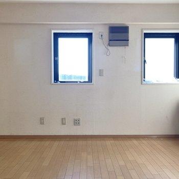 【LD】2枚の窓からは日差しがしっかり差し込みます。