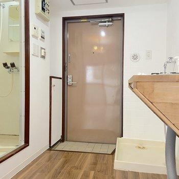 玄関ドアも木目とマッチした柔らかな色合いです。