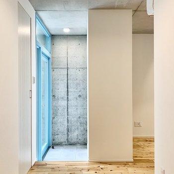 玄関に入ってすぐにバーチの美しい無垢床が広がります。