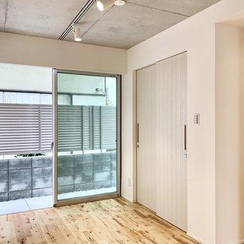 無垢床とコンクリ天井のコラボがグッドなお部屋。