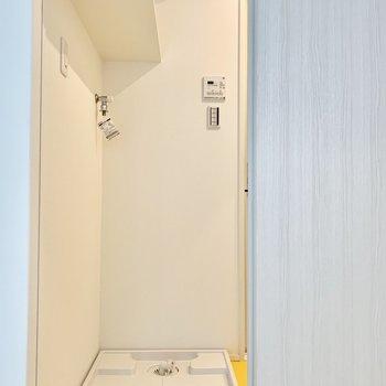 左側に引き戸を開くと洗濯機置き場です。使い勝手が良さそうです。