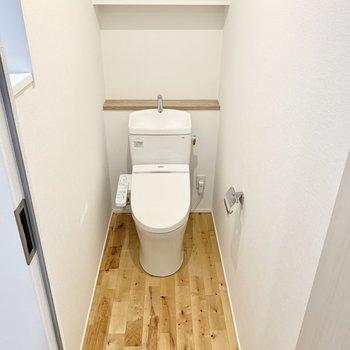 トイレの中も無垢床で毎日至福のトイレタイムを。