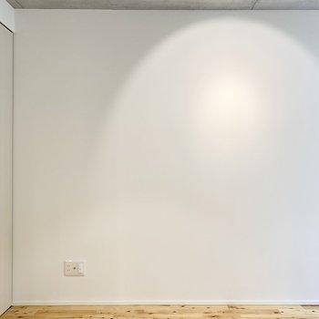 この白い壁に映像を投影したりもできそうです。