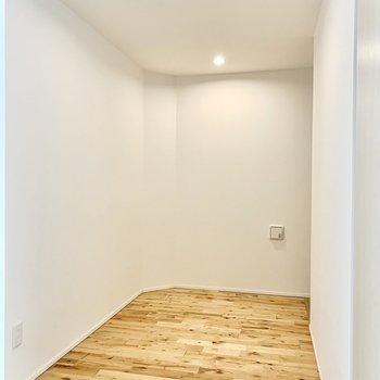 右奥にトイレがあるこの空間にベッドを置いても落ち着いて眠れそう。