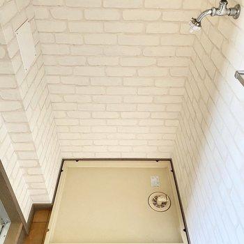 脱衣所の壁は白のレンガ調。とことん雰囲気が良き◎