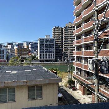 最上階4階からの眺望はこんな感じです。圧迫感はないですよ。