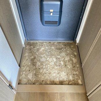 玄関はコンパクトサイズ。両サイドに収納があります。
