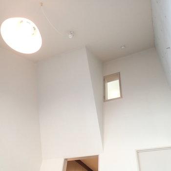 上を見上げると何やら小窓が…。