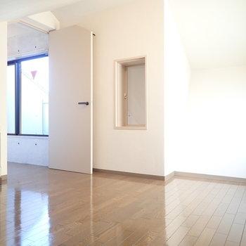 物置】全然、ベッドを置いてゆっくりできる広さです。あ!あの窓は…!