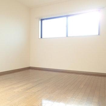 洋室】階段をあがってすぐのお部屋。