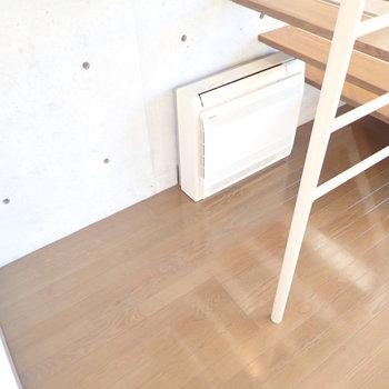 階段下にエアコンがありました。床置きタイプ!