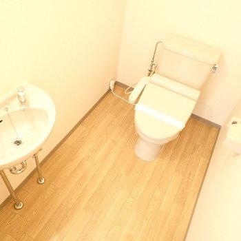 対してトイレは広い!!ついつい長居してしまいそう。洗面台もついています。