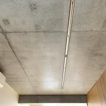 コンクリの天井がクール。ライティングレールでオシャレに照らしたいですね。
