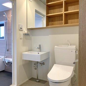 洗面台と温水洗浄機付きトイレは隣り合っています。こちらの棚は細かく分けて仕舞えますね。