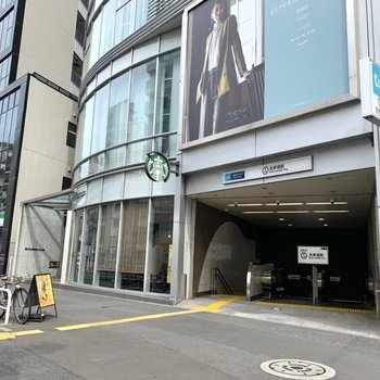 駅は2番口が近いです。コンビニやカフェなど飲食店が多かったですよ。