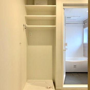洗濯機置き場上には洗剤やタオルをどうぞ。