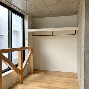 窓側の奥まった場所にはオープンタイプの収納があります。