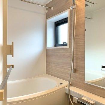 浴室乾燥機付きですよ。小窓もあって換気がしやすそう。