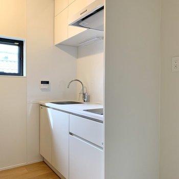 キッチンは白で清潔感がありますね。