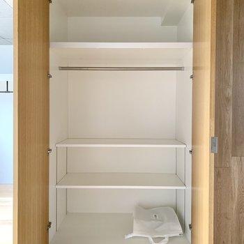 奥行きたっぷり。便利な可動式棚も。