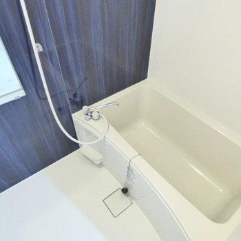【お風呂】ブルーのシートがアクセント