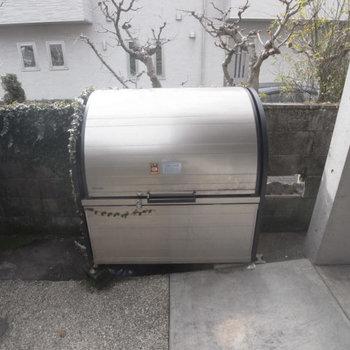 専用ゴミ置き場は蓋が閉まるタイプ。