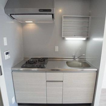 キッチンは2口コンロ。使い勝手いいですね。(※写真は3階の反転間取り別部屋のものです)