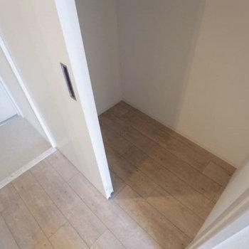 扉付きの収納は玄関に。コンパクトなサイズ感。(※写真は3階の反転間取り別部屋のものです)