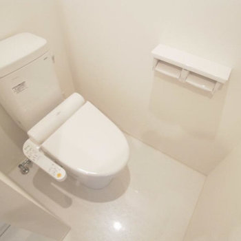同じ空間にトイレ。ウォシュレットついています◎(※写真は3階の反転間取り別部屋のものです)