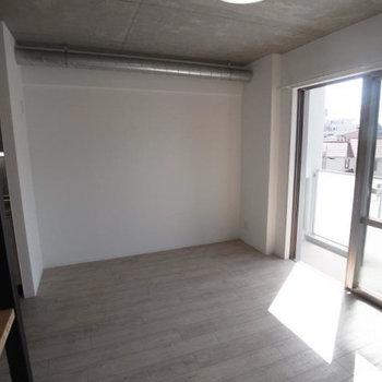 ベッドはあの壁沿いに置きたいな。(※写真は3階の反転間取り別部屋のものです)