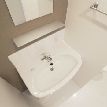 洗面台はちょこんと可愛らしいサイズ。(※写真は3階の反転間取り別部屋のものです)