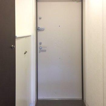 玄関も広々。靴箱も完備です!(※写真は1階の反転間取り別部屋のものです)