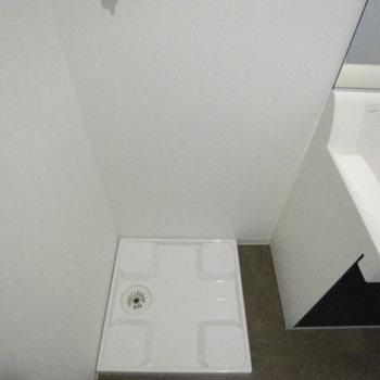 洗濯機置き場は脱衣所に。(※写真は1階の反転間取り別部屋のものです)