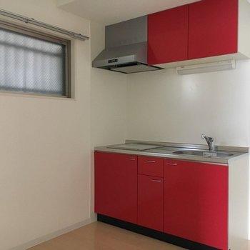 広々キッチン。ビビットカラー。※写真は1階同間取り・別部屋のものです。