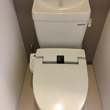 おトイレにはウォシュレットも。※写真は1階同間取り・別部屋のものです。