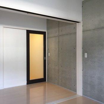 コンクリ×つるっとした床。※写真は1階同間取り・別部屋のものです。
