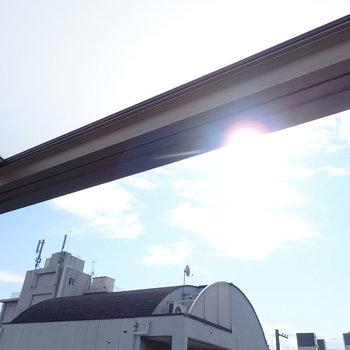 前に高い建物がないので、光は一日中届きそうです。