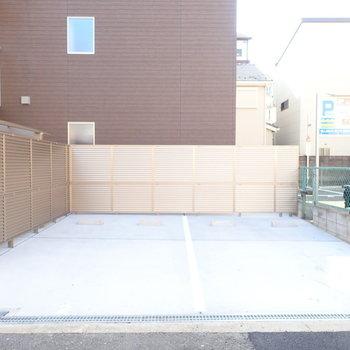 【共用部】駐車場は入り口のそばに。