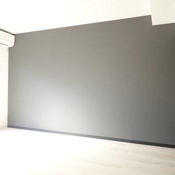 アクセントクロスのブラックは、柄なしでシンプル!