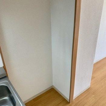 キッチンのすぐ横には、冷蔵庫置き場(*写真は別部屋のものになります)