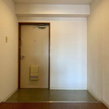 玄関には下駄箱がなかったので、右横のスペースにどうぞ!(*写真は別部屋のものになります)