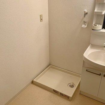 そんな洗面台のすぐ隣には、洗濯機置場(*写真は別部屋のものになります)