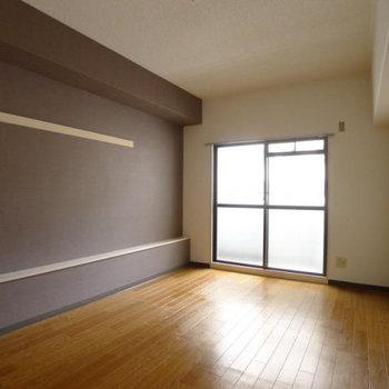 壁が茶色ならどんな家具にもあいそう!(※写真は2階の同間取り別部屋のものです)