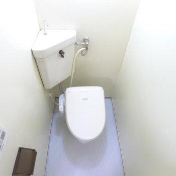 トイレはウォシュレットついています。(※写真は2階の同間取り別部屋のものです)